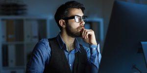 Entrepreneur travaillant sur son site internet la nuit